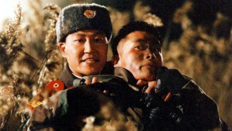 (JSA) วันพฤหัสบดีที่ 3 เมษายน 2557 แอนดรูว์ เฮสกินส์ 4 ดาว 공동경비구역 JSA, กงดงคยองบิกูย็อก เชอีเซย . เกาหลีใต้ พ.ศ. 2543 กำกับโดย PARK CHAN-WOOK นำแสดงโดย LEE YOUNG-AE, LEE BYUNG-HUN, SONG KANG-HO, KIM TAE-WOO, SHIN HA-KYUN 110 นาที ในภาษาเกาหลีพร้อมคำบรรยายภาษาอังกฤษ ซื้อจาก AMAZON สหราชอาณาจักร BR 2 ความคิดเห็น เราทบทวนความสำเร็จครั้งใหญ่ครั้งแรกของ Park Chan-wook ใน DMZ... ไม่มีอะไรที่เหมือนกับโอกาสที่จะได้เดินทางไปเกาหลีใต้ และการเดินทาง (เกือบ) ที่หลีกเลี่ยงไม่ได้ไปยัง DMZ เพื่อกระตุ้นการกลับมาเยี่ยมชมภาพยนตร์ที่โดดเด่นที่สุดเรื่องหนึ่งในภูมิภาคที่โด่งดังระหว่างเกาหลีเหนือและใต้ หวังว่าคงไม่มีเหตุการณ์แบบนี้เกิดขึ้นในขณะที่ฉันอยู่ที่นั่น... หลังจากเหตุการณ์ที่อาจเกิดการอักเสบที่บ้านชายแดนเกาหลีเหนือใน DMZ ที่ทหารสองคนถูกสังหาร ซึ่งรวมถึงนายที่ถูกยิงแปดครั้งในระยะที่ว่างเปล่า Jeong Woo-jin (Shin Ha-kyun, Sympathy for Mr. Vengeance, Save The Green Planet!, The Thieves , The Front Line ) – และทหารเกาหลีใต้รายหนึ่งถูกจับหนีกลับไปทางใต้ ยิงปืนเข้าระหว่างทั้งสองฝ่าย คณะกรรมการกำกับดูแลของ Neutral Nations นำโดย พันตรี Sophie Jean กองทัพสวิส (Lee Young-ae, Lady Vengeance , One Fine Spring Day , สังเกตเห็นสำเนียงเกาหลีที่ค่อนข้างหนาในการพูดภาษาอังกฤษสำหรับตัวละครที่เติบโตในสวิตเซอร์แลนด์) โดยทั้งสองฝ่ายต่างเสนอเรื่องราวที่แตกต่างกันเกี่ยวกับสิ่งที่เกิดขึ้นในคืนนั้นจากจ่าเกาหลีใต้ Lee Soo-hyeok ( Lee Byung-hun , The Good, The Bad, The Weird , I Saw The Devil , Masquerade )และจ่า Oh Kyung-pil ( Song Kang -ho , The Foul King , Secret Reunion , Memories of Murder , Snowpiercer )โซฟีเริ่มเปิดเผยความจริง ทั้งหมดชี้ไปที่ทหารเกาหลีใต้อีกคนที่โพสต์, ไพรเวทนัม (คิมแทวู, ผู้หญิงคืออนาคตของผู้ชาย , หน่วยยามฝั่ง, เครื่องอ่านใบหน้า ) Aมิตรภาพที่ไม่น่าจะเกิดขึ้นระหว่างทหารจากทั้งสองฝ่ายของชายแดนที่เติบโตขึ้น เกิดอะไรขึ้นในคืนที่เป็นเวรเป็นกรรม? พัคชานวุคเคยกำกับภาพยนตร์มาแล้วสองเรื่องเมื่อเขามารับหน้าที่ดูแลJoint Security Area (มักย่อมาจากJSA ) ในปี 2000: The Moon Is… the Sun's Dream (1992) และTrio (1997) แต่ก็ไม่ได้ทำอะไรมากมายสำหรับอาชีพของเขา เป็นกรรมการ; แทนที่จะหาเลี้ยงชีพในฐานะนักว